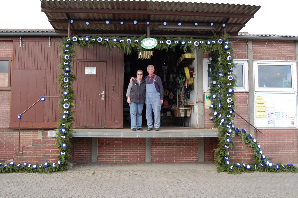 Franz und Sigrid Tute unterm Bogen zum 50-jährigen Firmenjubiläum